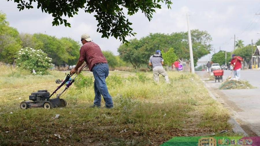Realizan trabajos de limpieza en calle Coahuila Norte