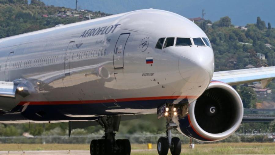 Boeing 777 aterriza de emergencia en Moscú por problemas en un motor