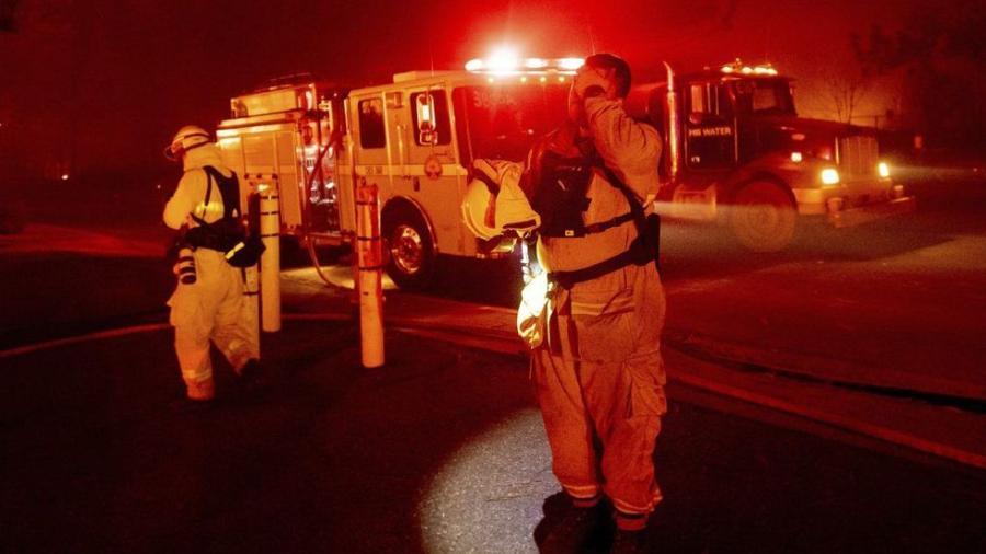 Celebridades huyen de incendios en California