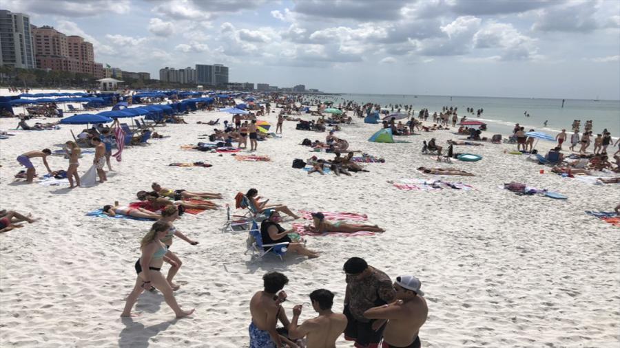 Playa de Florida causa polémica al estar repleta de visitantes.