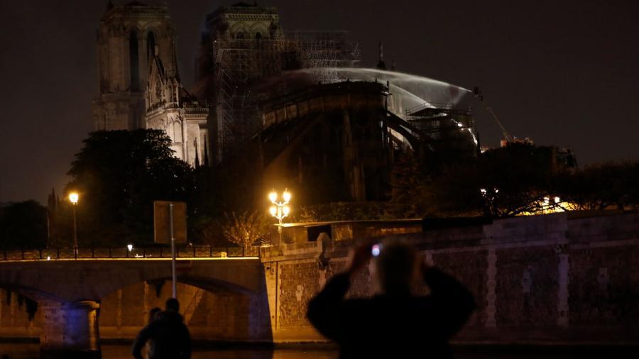 Los bomberos dan por extinguido el incendio de la Catedral de Notre Dame