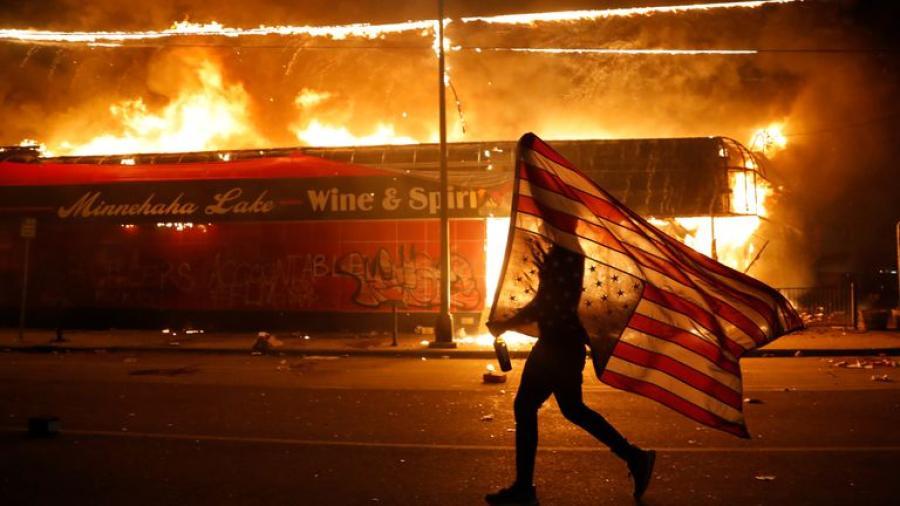 Tras 3 días de protestas, declaran toque de queda en Minneapolis