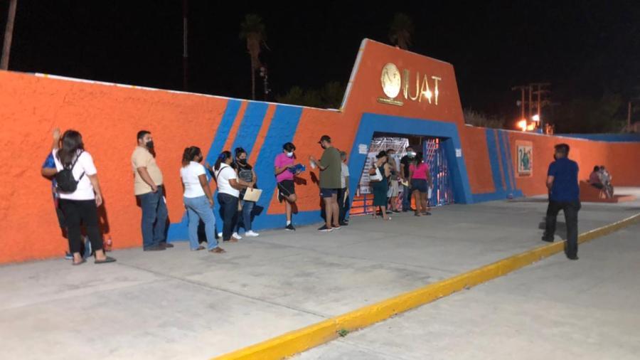 Se registran largas filas en el módulo de vacunación nocturno en Nuevo Laredo