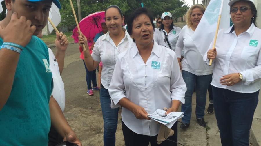 Candidata de Nueva Alianza, recorre calles buscando el voto ciudadano
