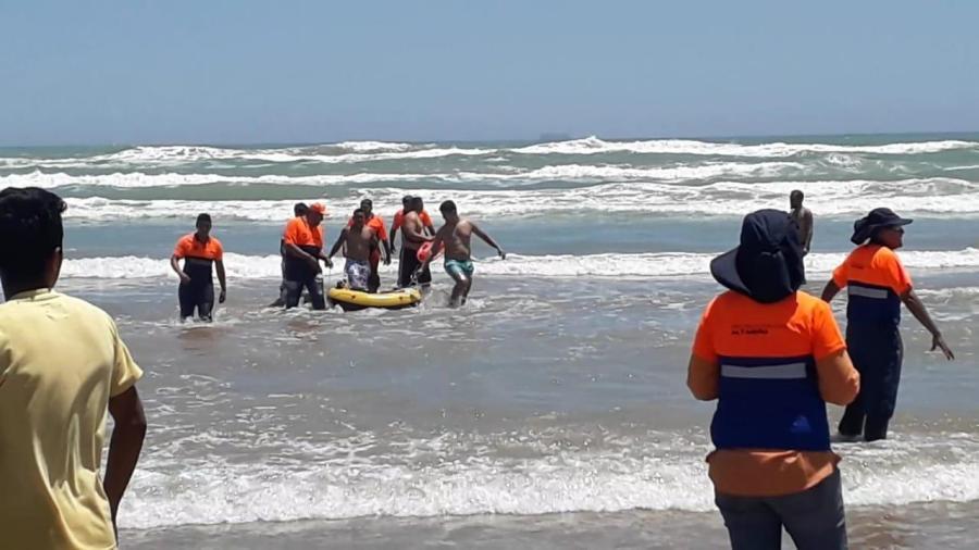 Pronto rescate acuático salva vida a dos jóvenes bañistas en Playa Tesoro