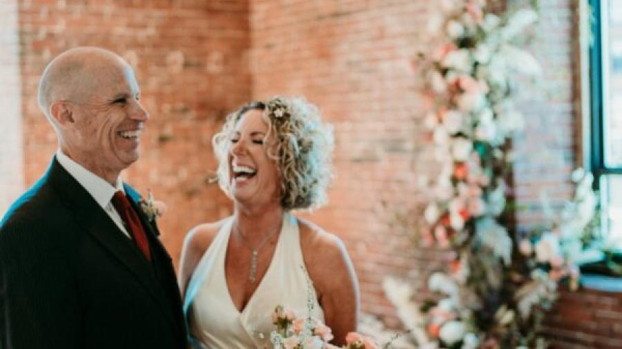Hombre con Alzheimer propone matrimonio de nuevo a su esposa