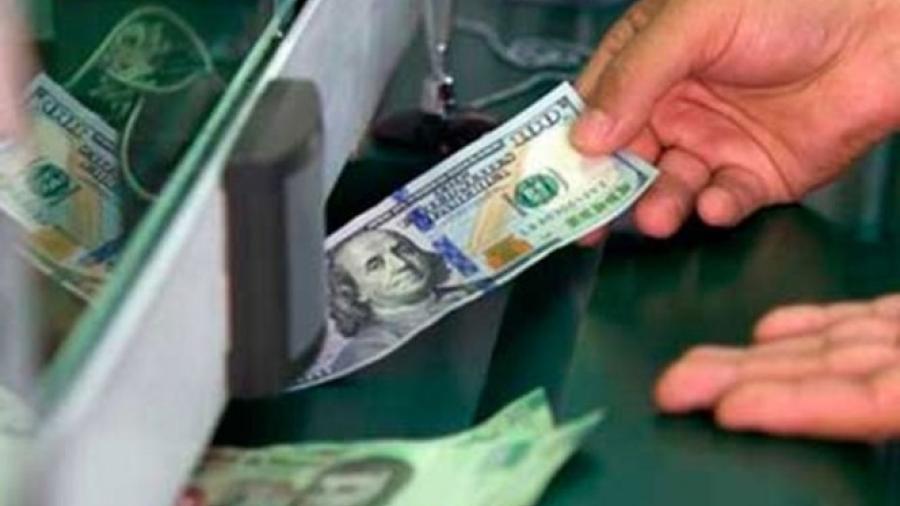 Dólar se vende en 19.67 pesos en casas de cambio