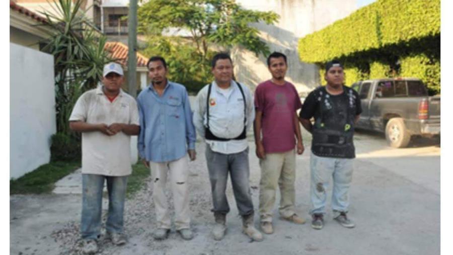 5 albañiles salvaron la vida de 2 mujeres en explosión de pipa con gas