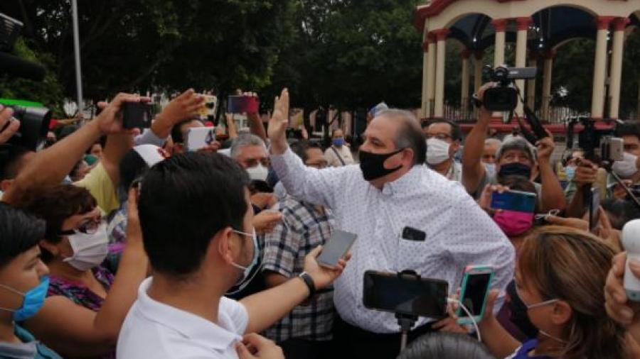 Secretario del ayuntamiento dialoga acaloradamente con manifestantes