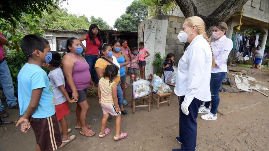 Efectúa Alma Laura Amparán entrega de despensas en colonia Lomas de Miralta