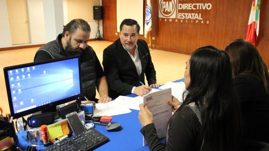 Se registra Alberto Lara por el séptimo Distrito