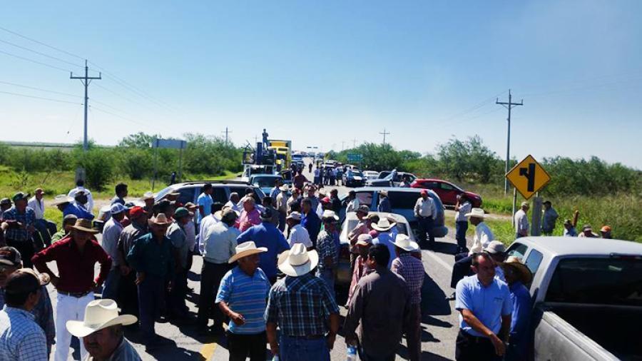 Campesinos bloquean la carretera Victoria-Matamoros