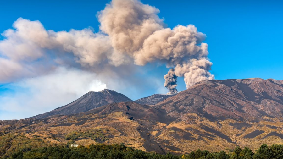 Volcán Etna registra erupción en Sicilia, Italia