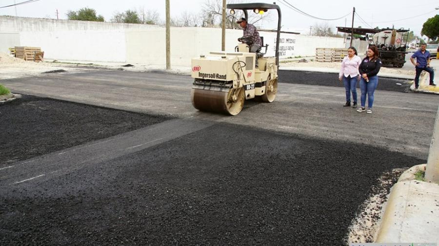 Supervisa alcaldesa obras de pavimentación