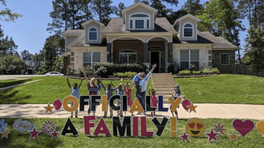 Familia adopta a cinco hermanos que fueron separados en casas de adopción
