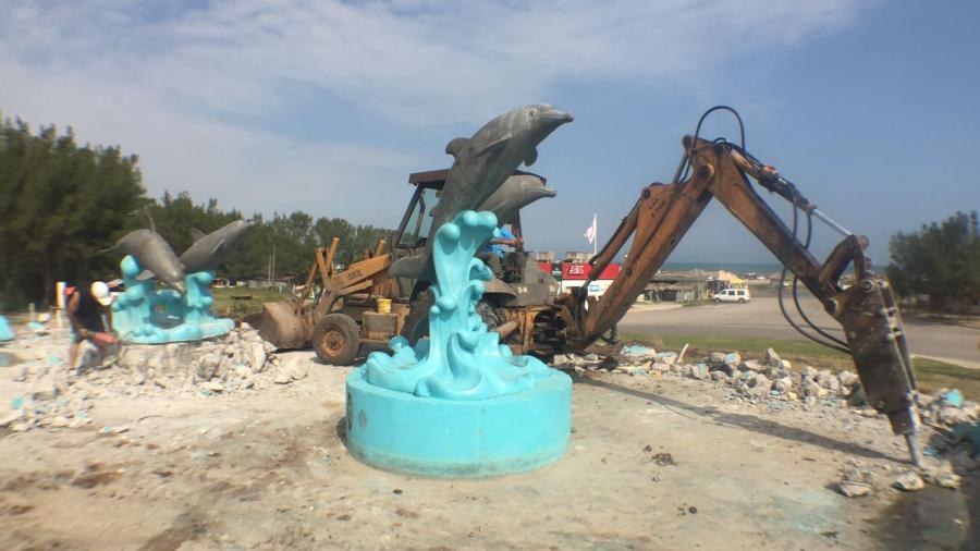 Demuelen rotonda de los delfines en playa Miramar