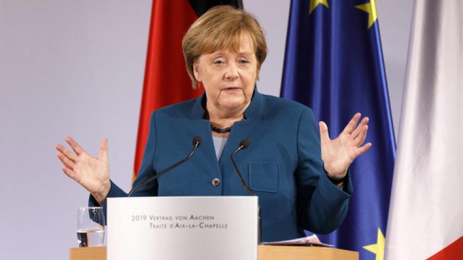 Critican a Angela Merkel en Alemania por vacunación tardía