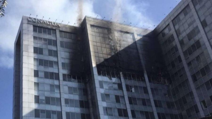 Bomberos controlan incendio en edificio de la Conagua