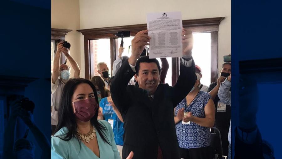 Mario López recibe constancia como Alcalde Electo de Matamoros