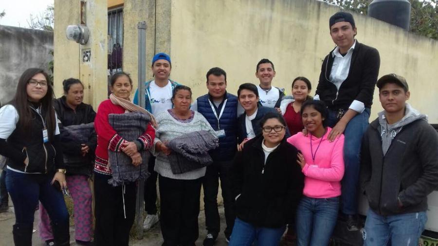 Jóvenes Tamaulipas entregan cobijas