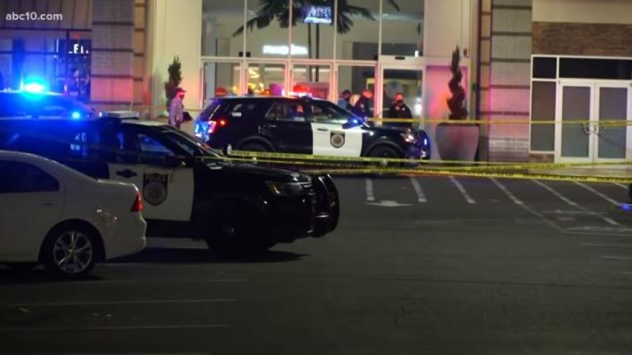 2 muertos tras tiroteo en Centro Comercial de California