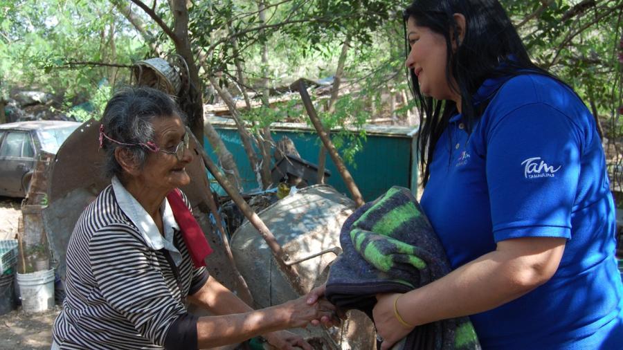 DIF Río Bravo entrega cobijas en La Zacatecana