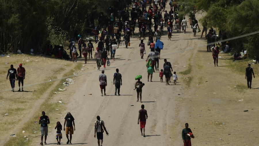 Solo 225 migrantes quedan en campamento en frontera de Texas-México