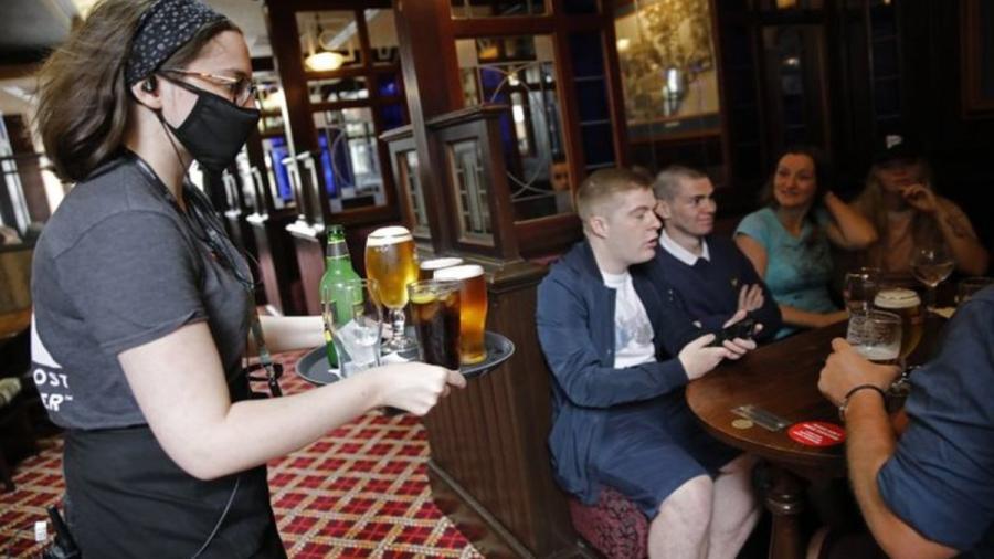 Bares cerrarán a las diez de la noche en Reino Unido