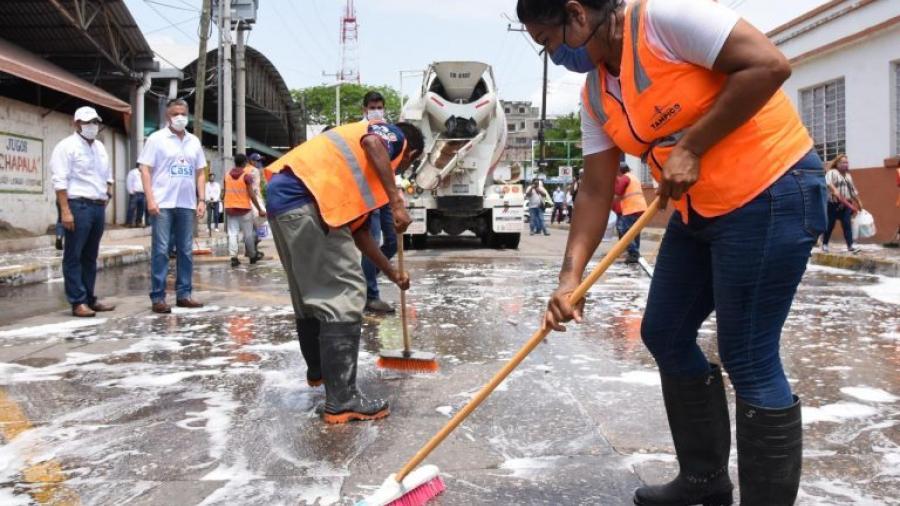 Encabeza Chucho Nader jornada de sanitización en los mercados