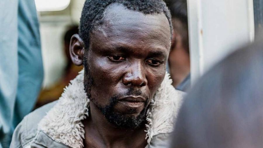 Migrantes en barco de ayuda intentan suicidarse
