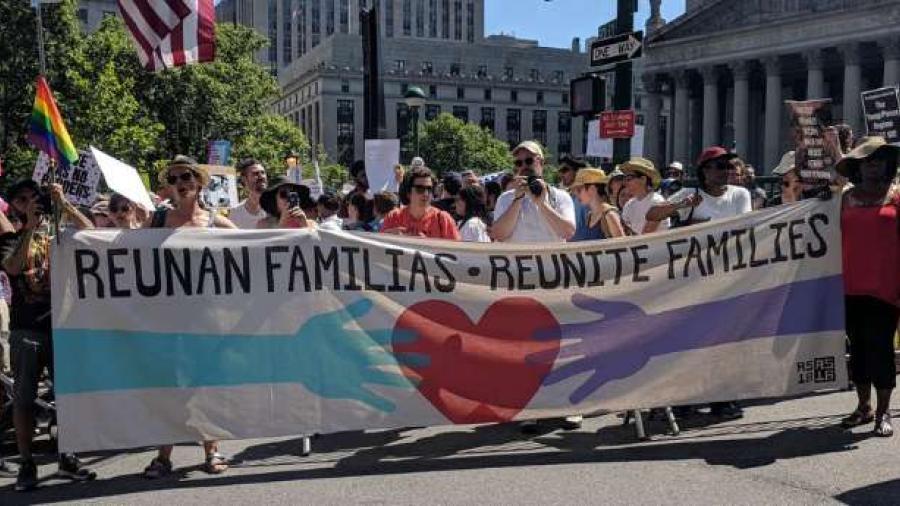 Juez niega prórroga al gobierno de EE.UU. para reunir a niños migrantes con sus padres