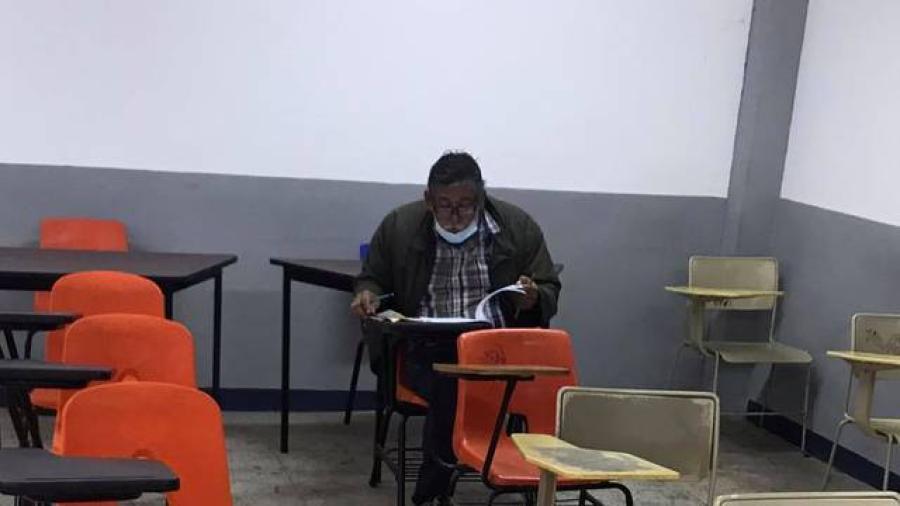 Abuelito realiza examen de admisión para estudiar derecho en Guerrero