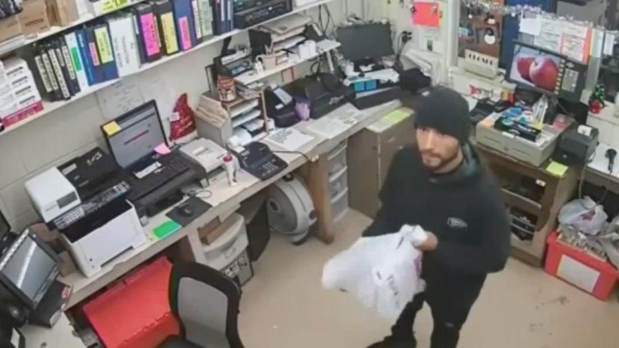 La policía busca a sospechosos de robo