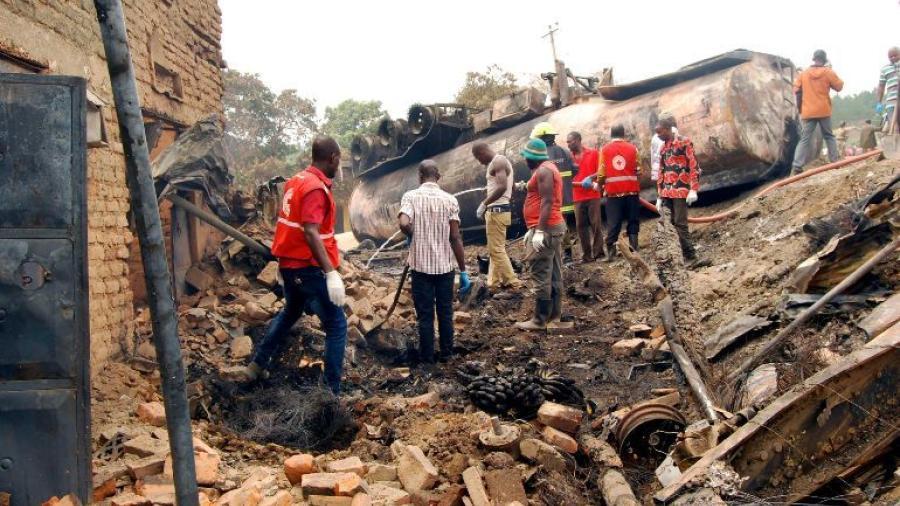 23 muertos tras explosión de cisterna con petróleo en Uganda