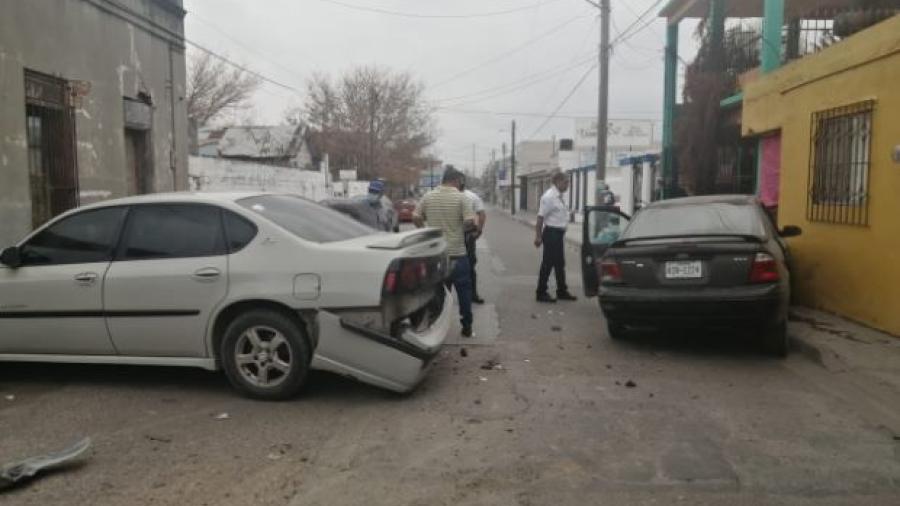 Cierran circulación en el centro de la ciudad por carambola vehicular