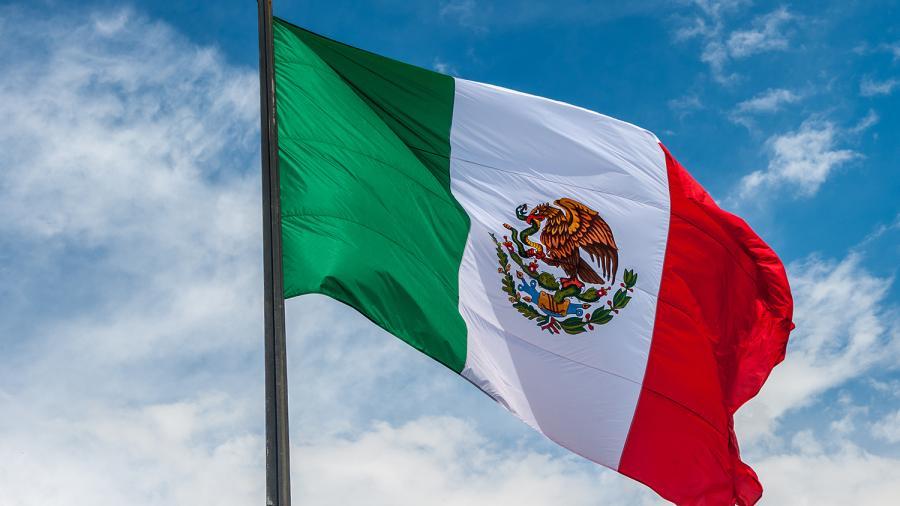 Atacan a hombre en EU por tener bandera de México en su moto