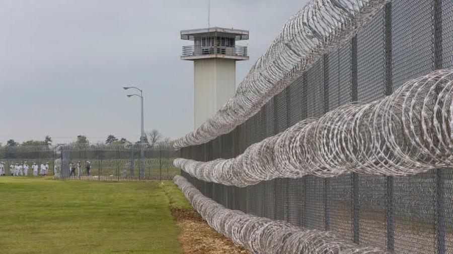 Guardias trabajan en una prisión vacía ante reconversión a centro de migrantes