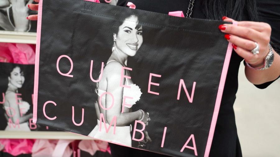 Venden bolsas de Selena, se agotan y las revenden a precios exorbitantes