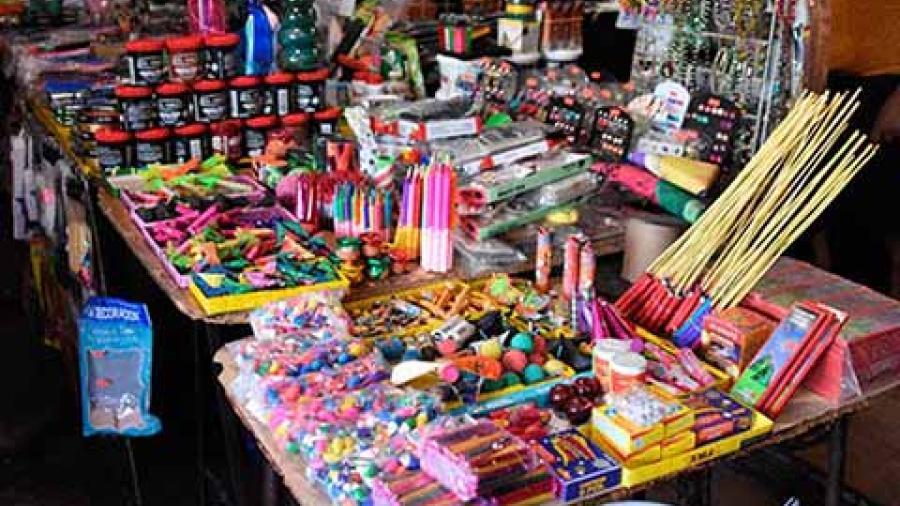 Vendedores de pirotecnia, en espera de la noche vieja para aumentar sus ventas