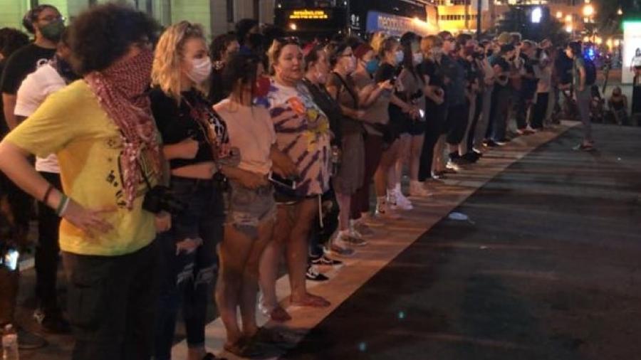 Kentucky revive el caso de otra víctima de la policía y los residentes se manifiestan