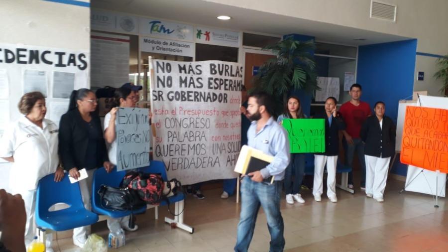 """Trabajadores bloquean acceso a oficinas del hospital """"Rodolfo Torre Cantú"""