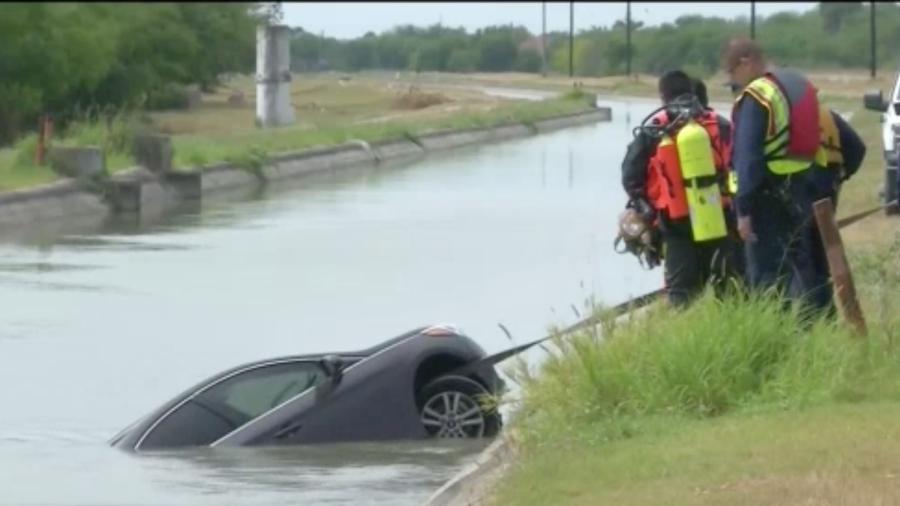 Cae vehículo en canal de riego