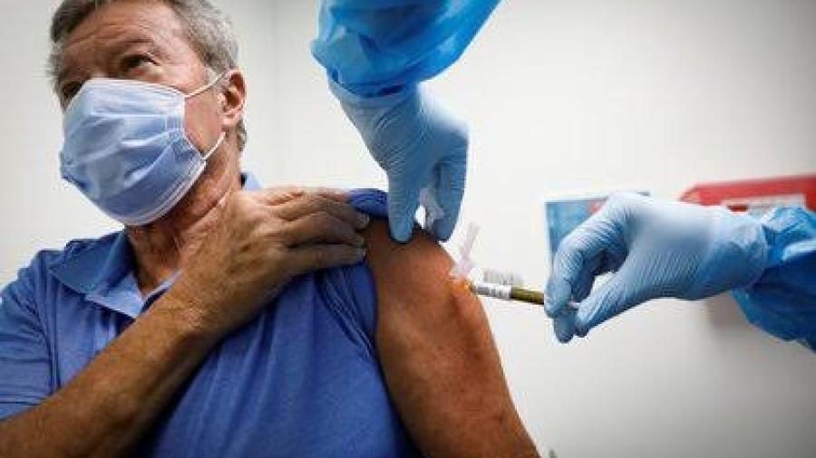 Florida no vacunará a inmigrantes indocumentados y sin techo