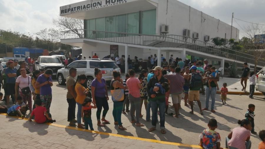 Acuden autoridades de salud a vacunar a todos los migrantes del campamento del bordo