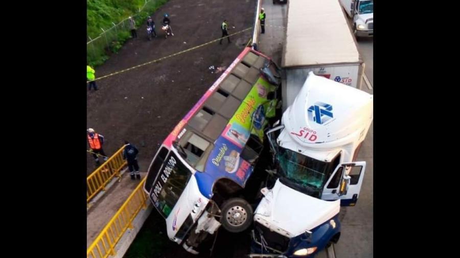 Cuatro fallecidos tras volcadura de camión en la autopista México-Querétaro