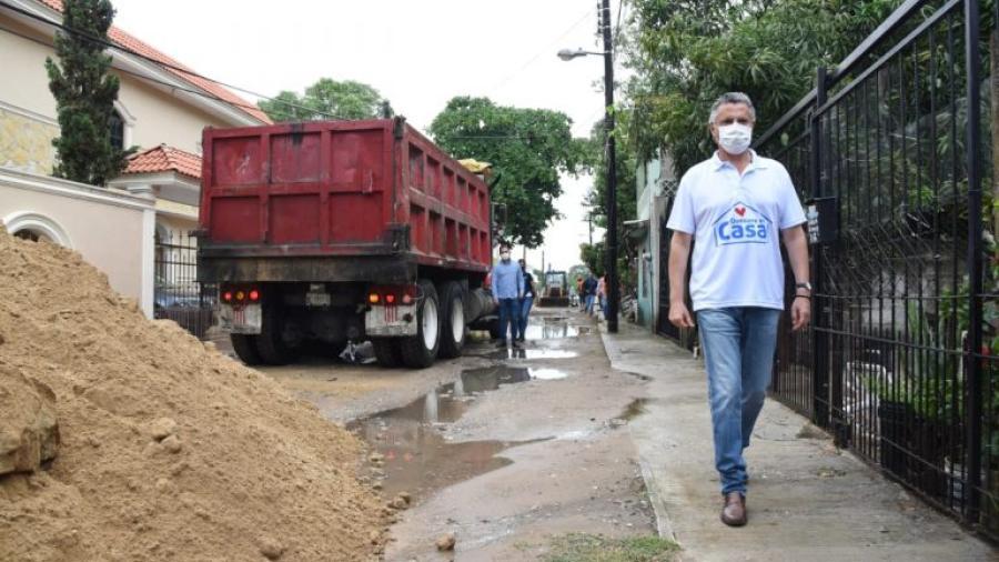 Pone en marcha Chucho Nader la pavimentación de más calles