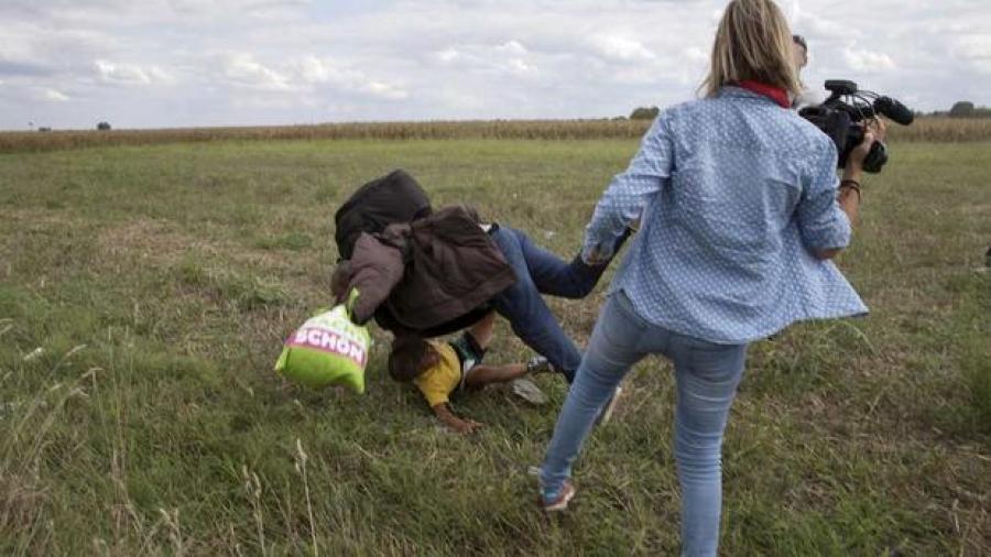 Periodista es condenada después de patear a refugiados