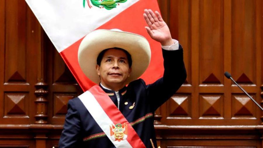 Pedro Castillo asume Presidencia de Perú y anuncia reforma constitucional