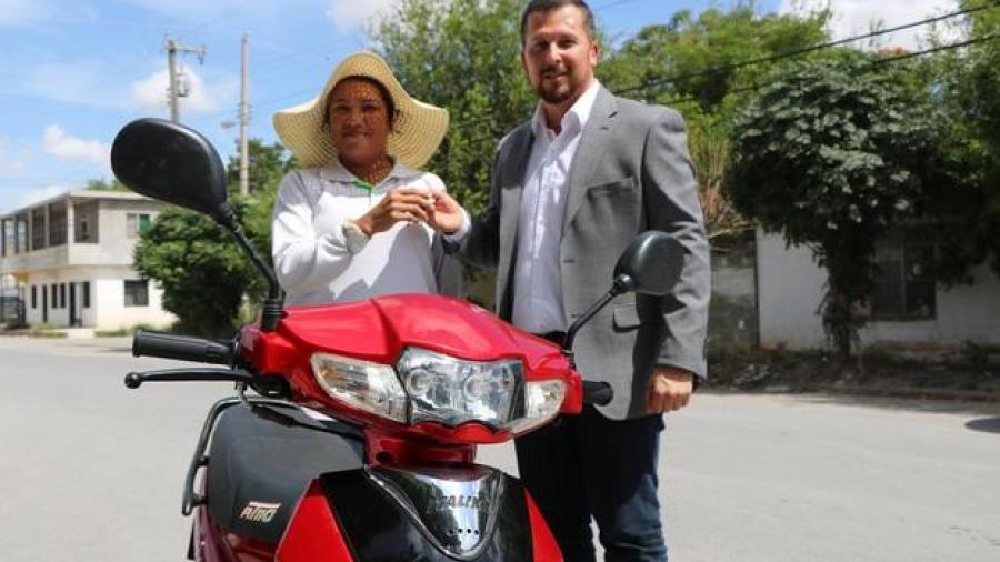 Trabajadora de Correos de México recibe motoneta nueva