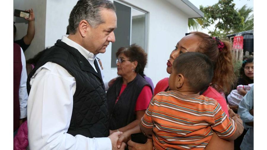 Atiende alcalde de Madero a familias vulnerables